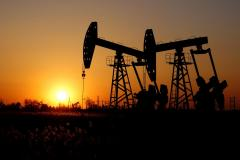 Oil set for biggest monthly fall since November as trade conflic